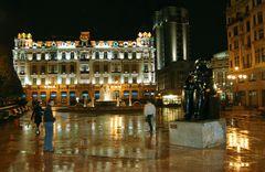 Oviedo de noche, con la Maternidad de Botero