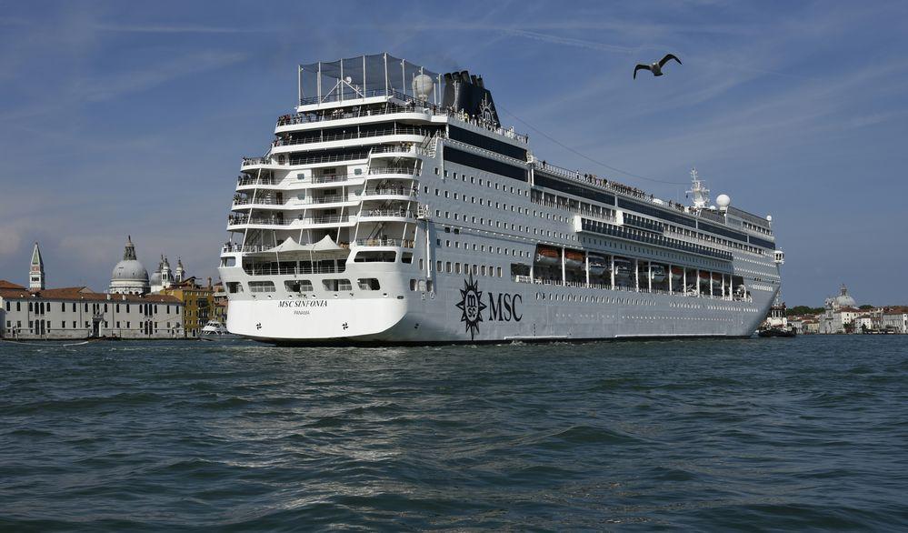 Ozeanriesen durch Venedig