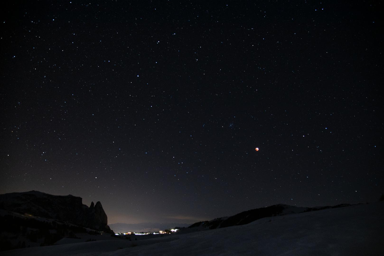 paesaggio notturno con luna rossa/Nächtliche Landschaft mit Kupfermond