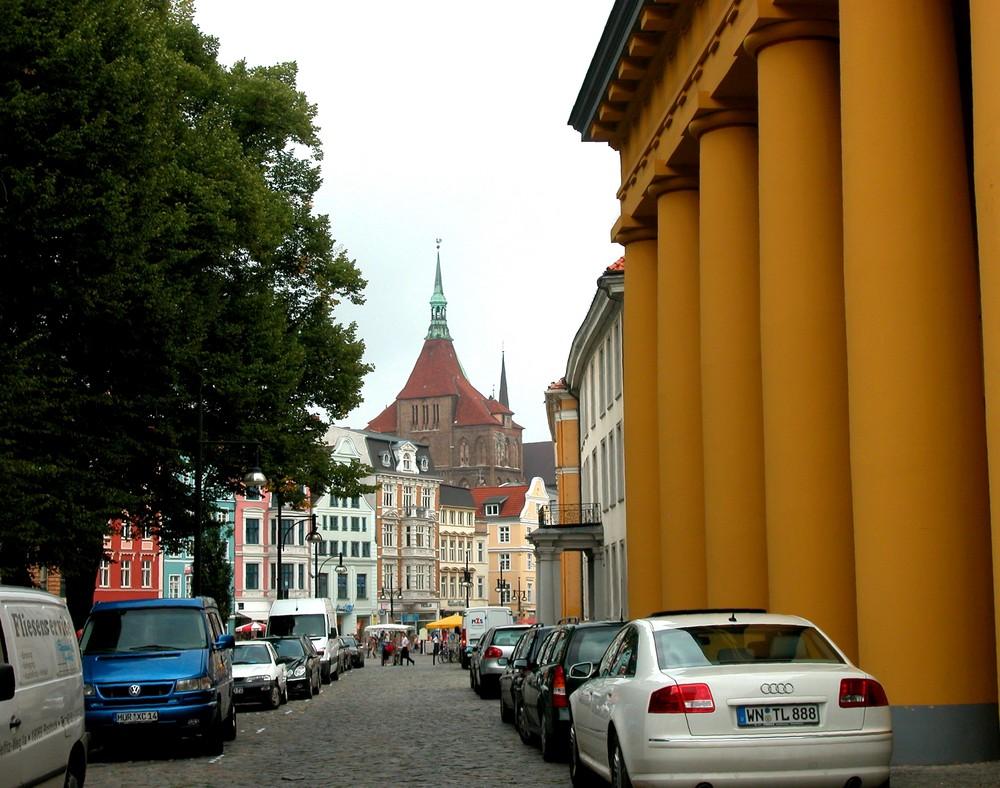 Palais-Ensemble (rechtsseitig) und die Marienkirche von Rostock ...