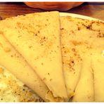 Palatschinken mit Nüssen oder Marmelade ein beliebter Nachtisch überall im Land