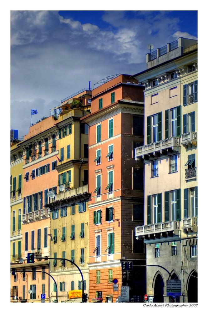 Palazzi colorate di fronte al molo della vecchia darsena - Genova
