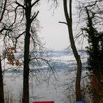Panchina rossa in riva al lago