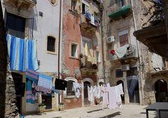Panni stesi, una comune usanza italiana/siciliana