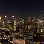 Panorama auf das Bankenviertel von Singapur bei Nacht