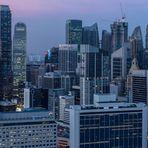 Panorama auf das Bankenviertel von Singapur bei Sonnenuntergang