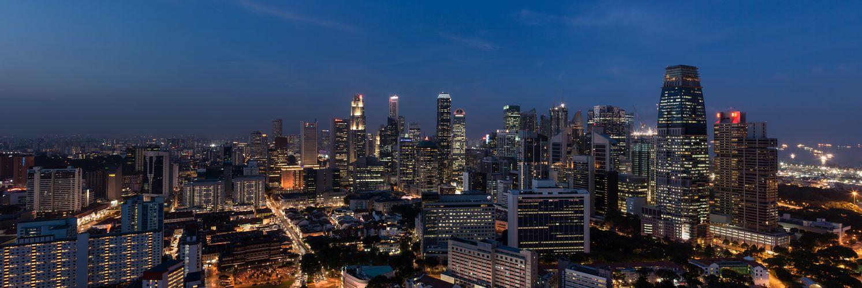 Panorama auf das Bankenviertel von Singapur zur Blauen Stunde