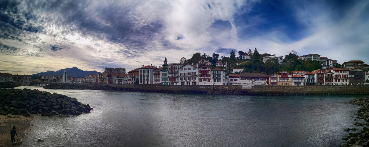 panorama de Ciboure depuis le port de st jean de luz