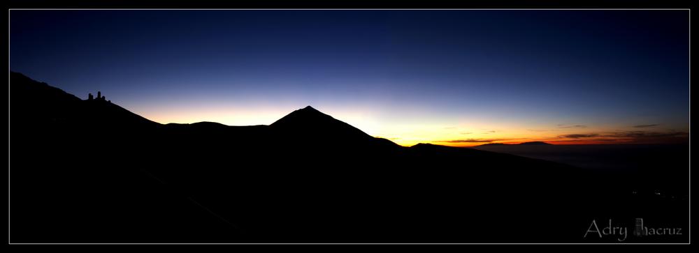 Panoramica Teide y observatorio a contraluz.