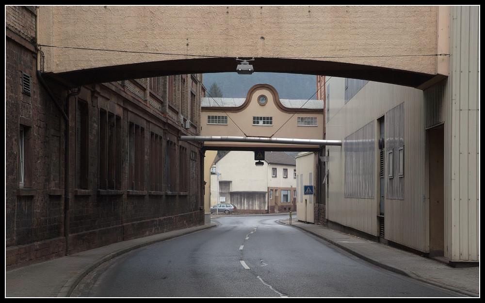 Papierfabrik und Hauptstraße