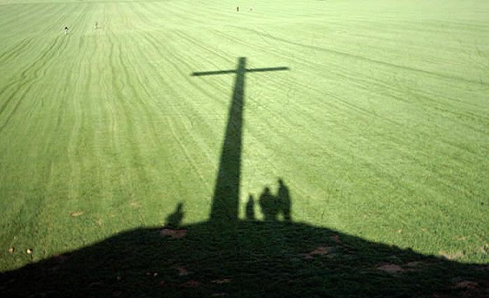 Papstkreuz im Schatten