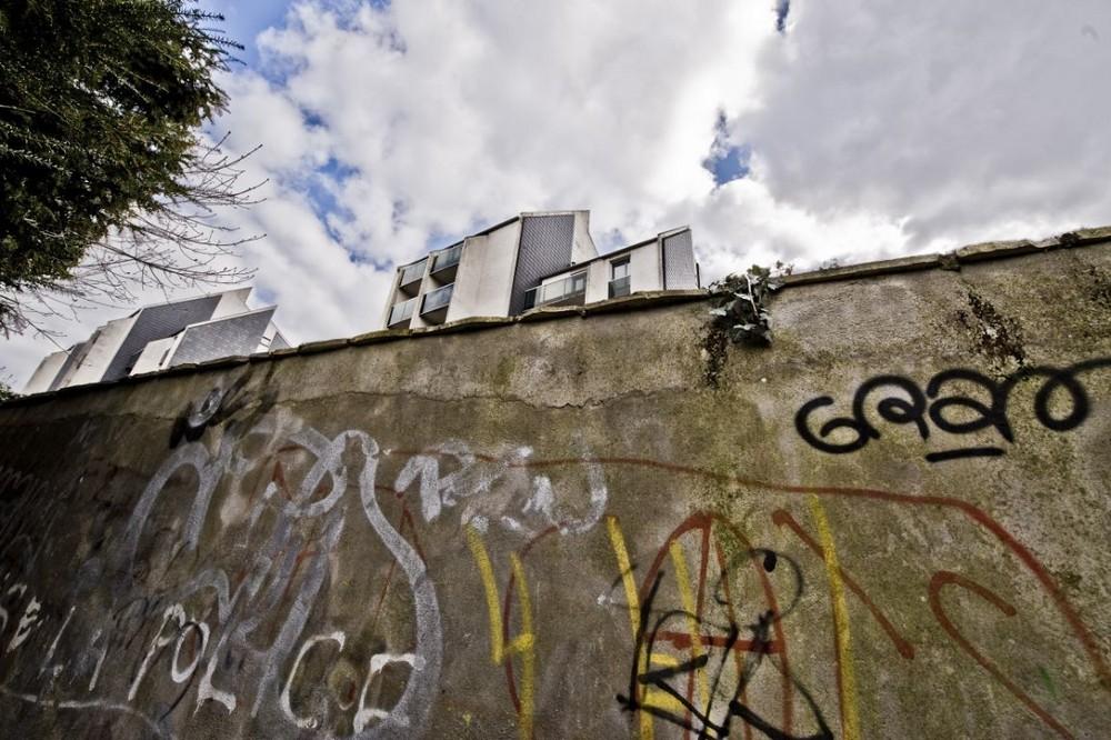 par delà le mur