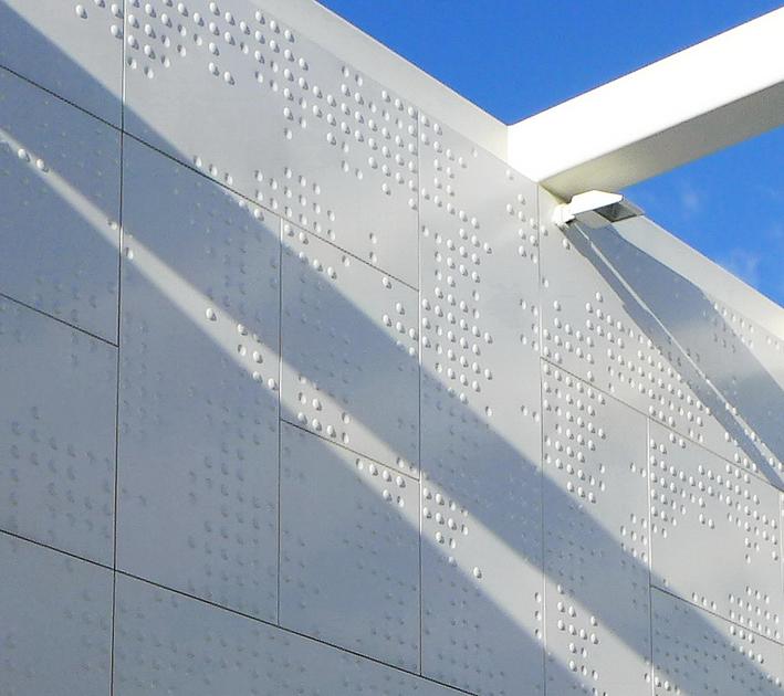 Paradoja sobre una pared braille, luces y sombras.
