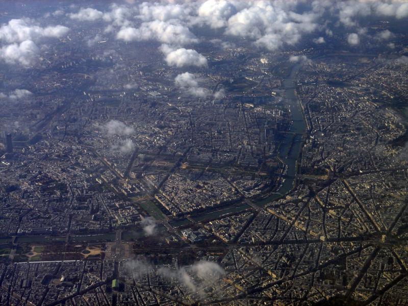 Paris aus der Luft (mit Eiffelturm und arc de triomphe)
