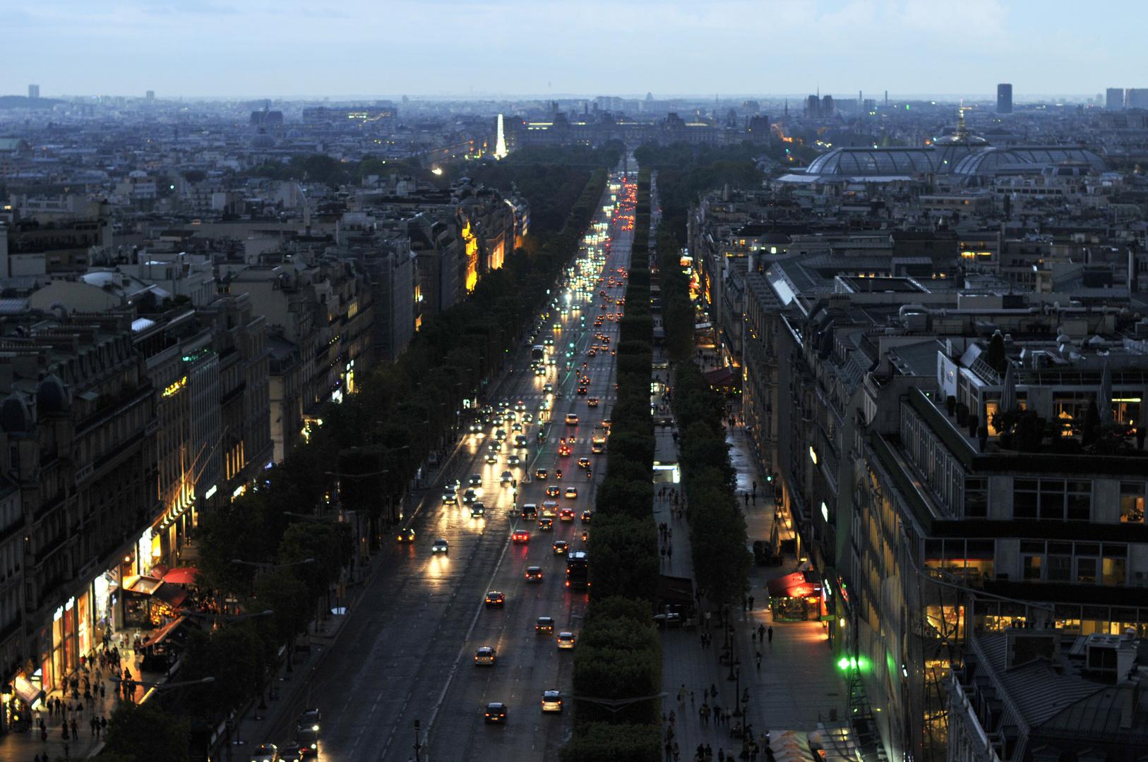 Paris: Avenue des Champs-Élysées -vom Triumphbogen betrachtet-