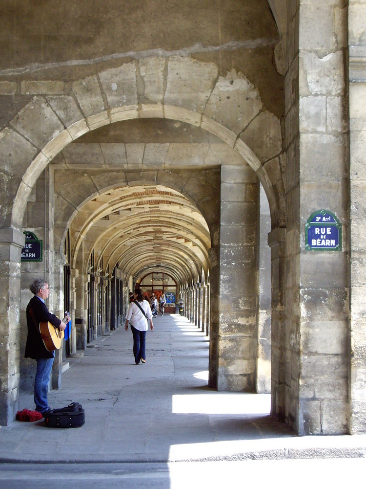 Paris: Rue des Francs Bourgeois près de la Place des Vosges