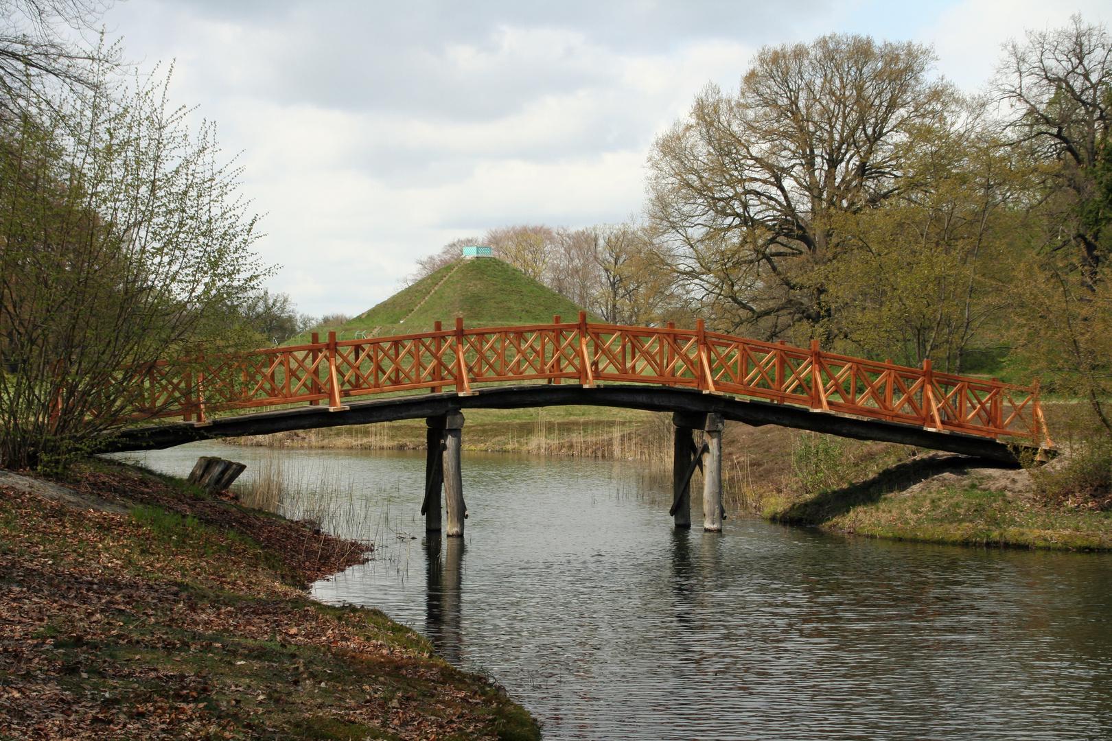 Park Branitz: Blick über die Schlangenseebrücke zur Landpyramide