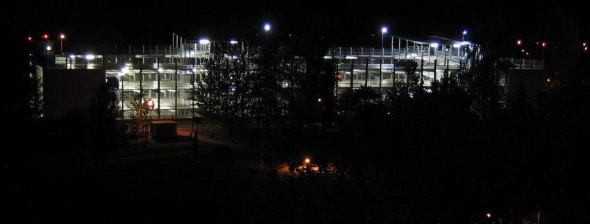 Parkhaus in der Nacht
