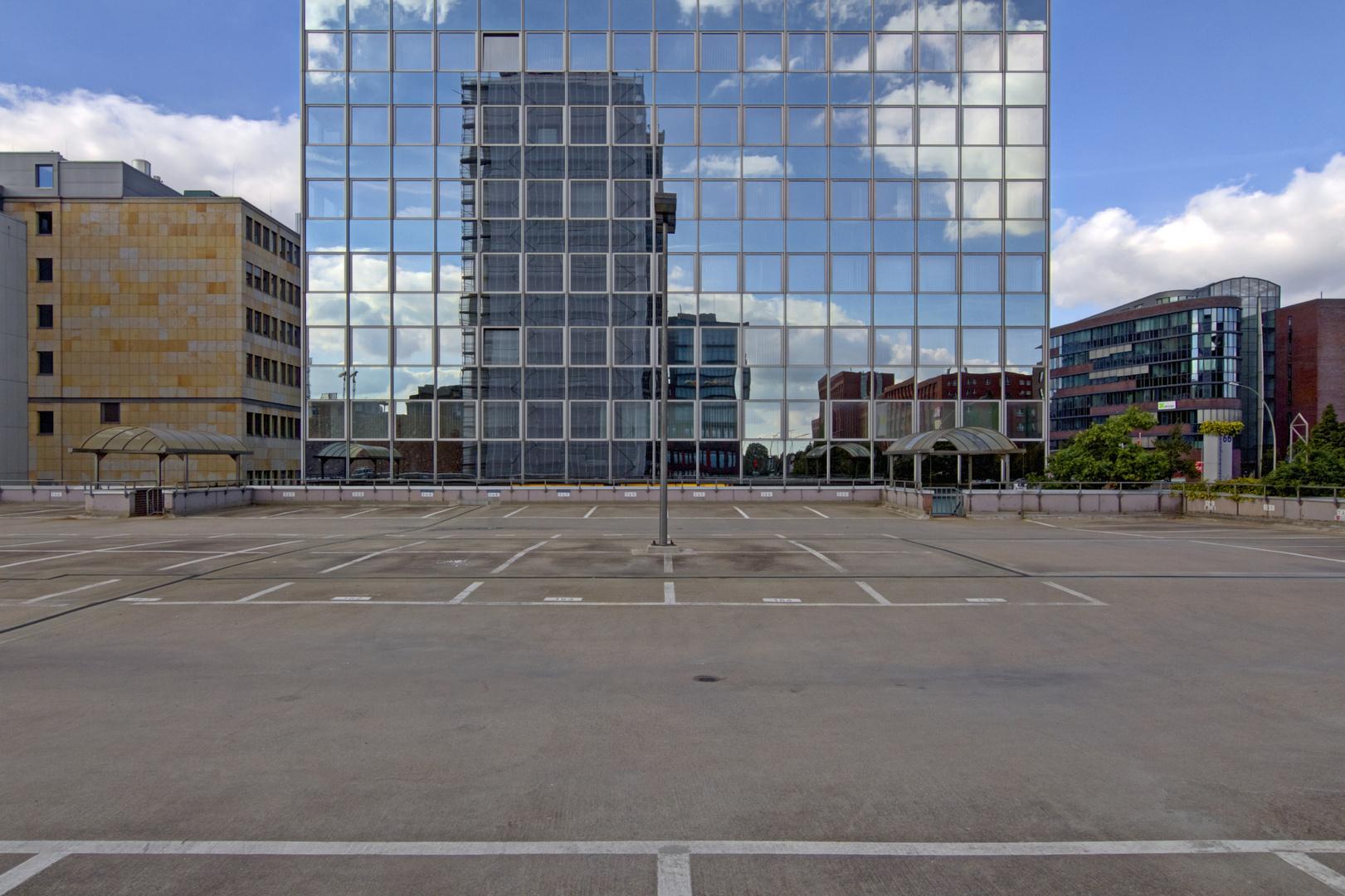 Parkplatz mit Spiegel