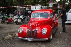 Parkplatz-Motorhaubensitzen-V08