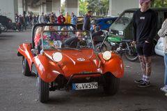 Parkplatz-Motorhaubensitzen-V10