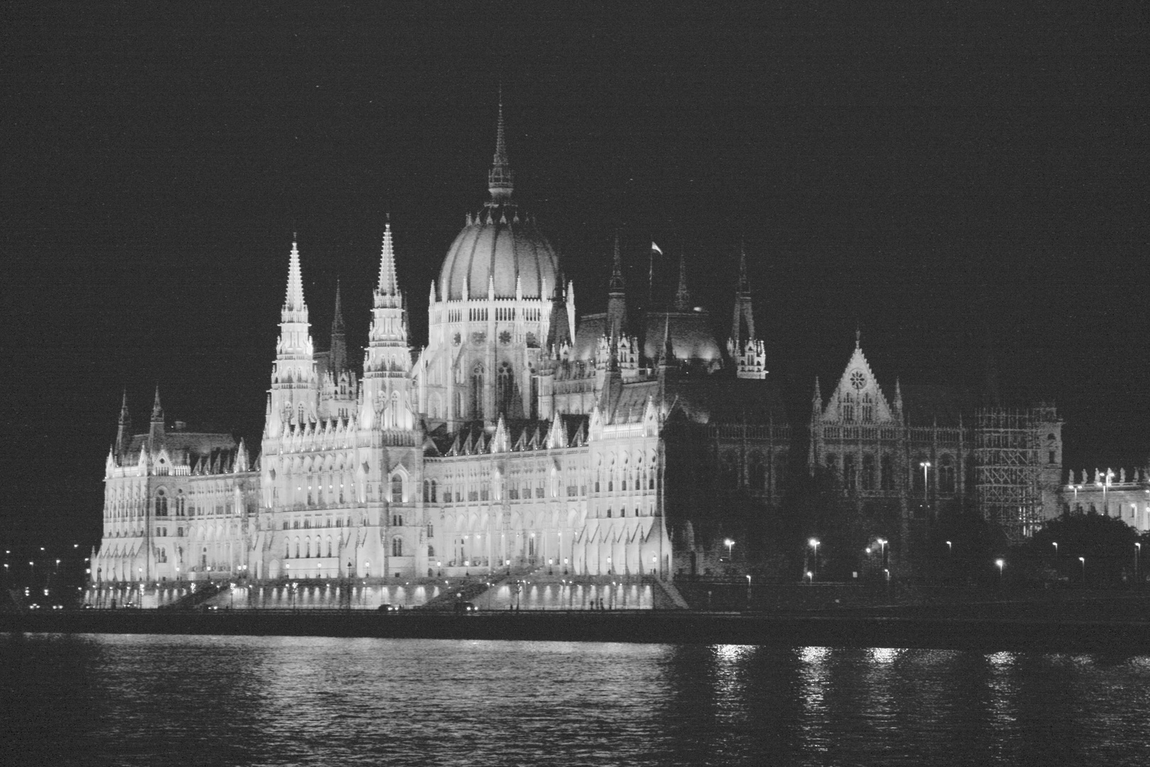 Parlament in Budapest in der Nacht  (low contrast)