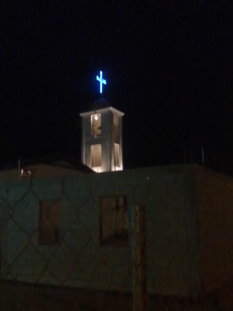 parroquia iluminada en su torre