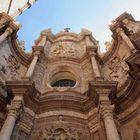 Parte superior de la fachada barroca de la Catedral Santa María de Valencia.