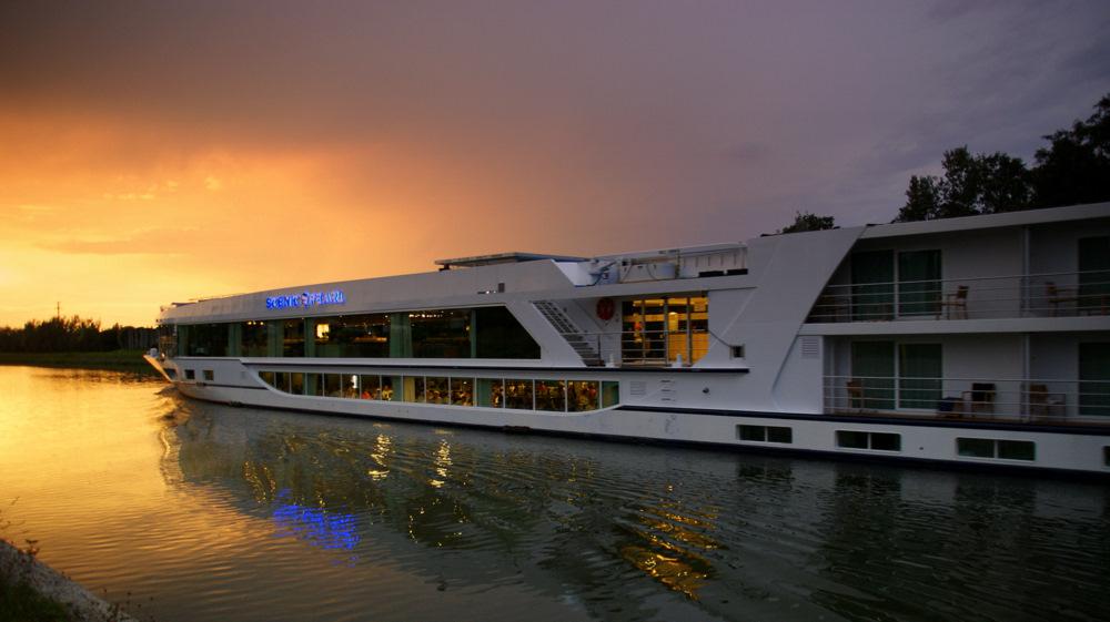 Passagierschiff auf dem Main-Donau-Kanal