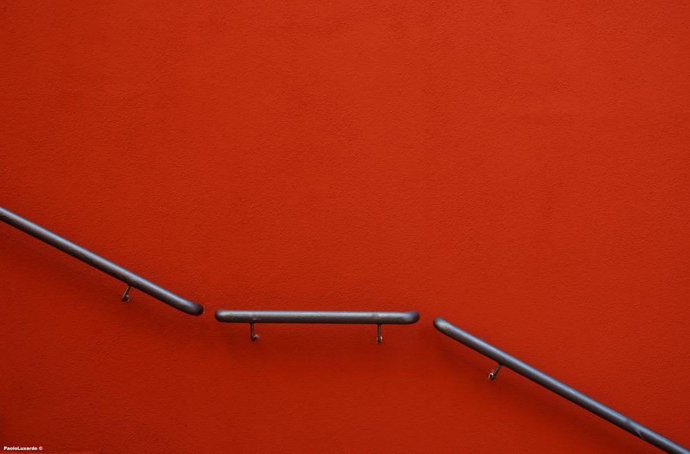 passamano su muro rosso Foto % Immagini astrazioni, scale, soggetti Foto su fotocommunity