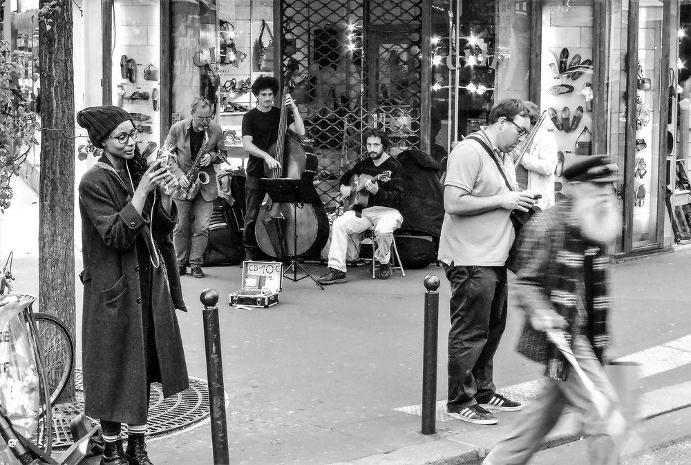 Passanten Musiker Paris lu-19-15sw +9Musikfotos