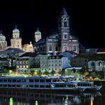 Passau -  Dom am Ufer des Flusses -
