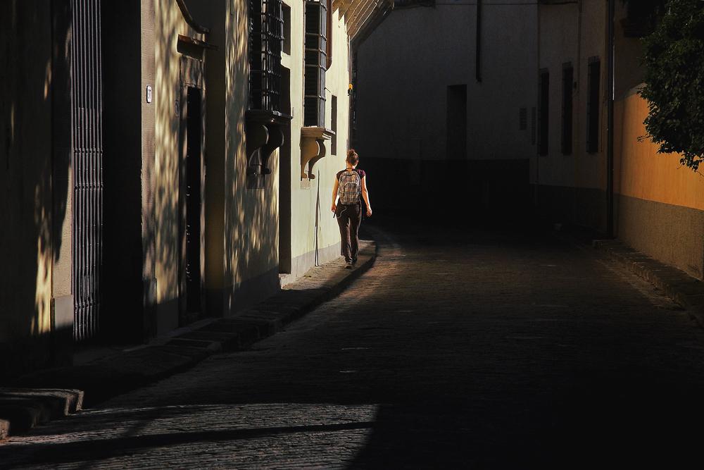 Passeggiata tra luce ed ombra
