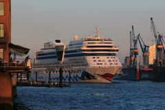 Passt in die Fahrrinne der Elbe im Hamburger Hafen..,AIDAsol, 04.10.2014