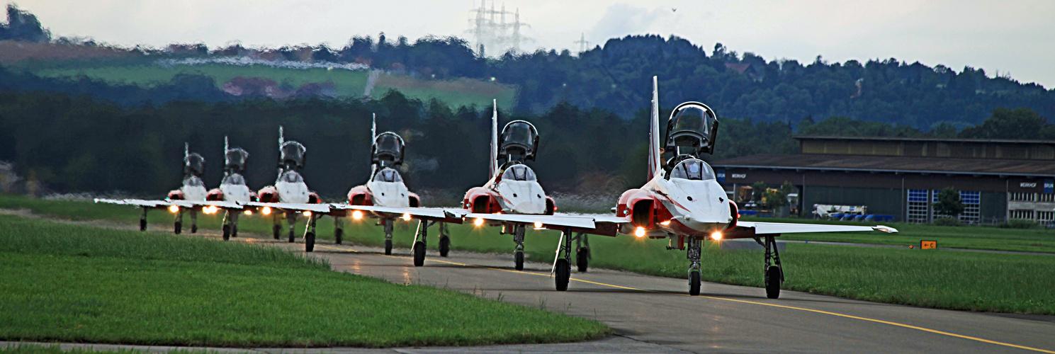 Patrouille Suisse Tiger Rollen zum Start