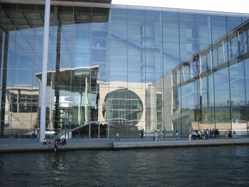 Paul-Löbe-Haus mit dem Spiegelbild vom Marie-Elisabeth-Lüders-Haus Berlin