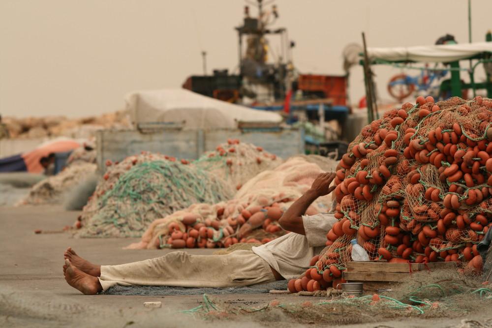 pause cigarette au port de pêche