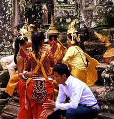pause für die foto-asparas, cambodia 2010
