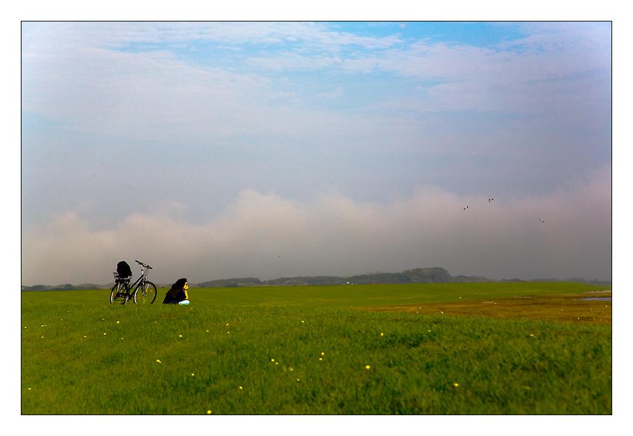 ... pausierende Frau mit Fahrrad und Weitblick ...