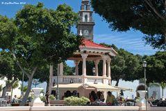 Pavillion mit Kirche in Buenavista del Norte