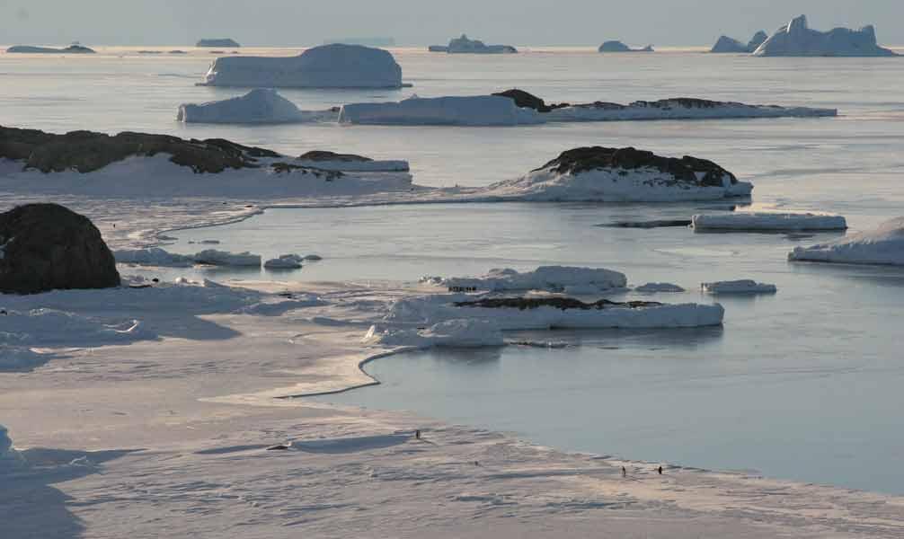 paysage du pôle-sud près de la base scientifique de dumont d'urville