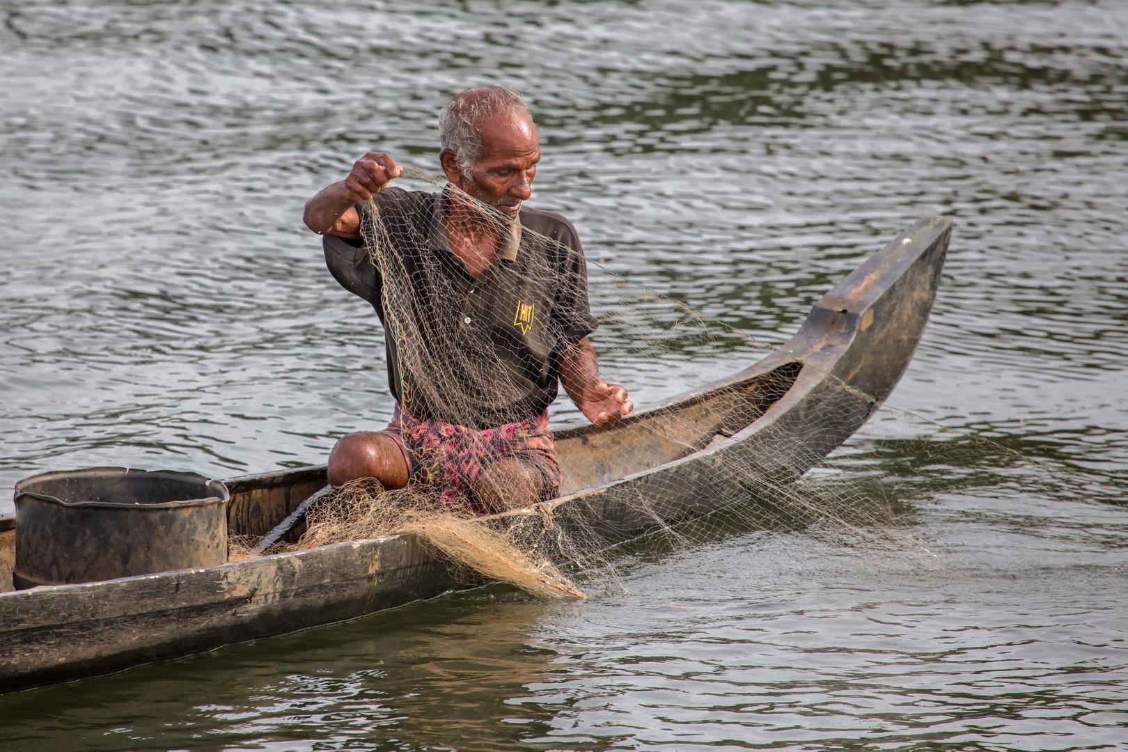 Pêcheur dans le canal