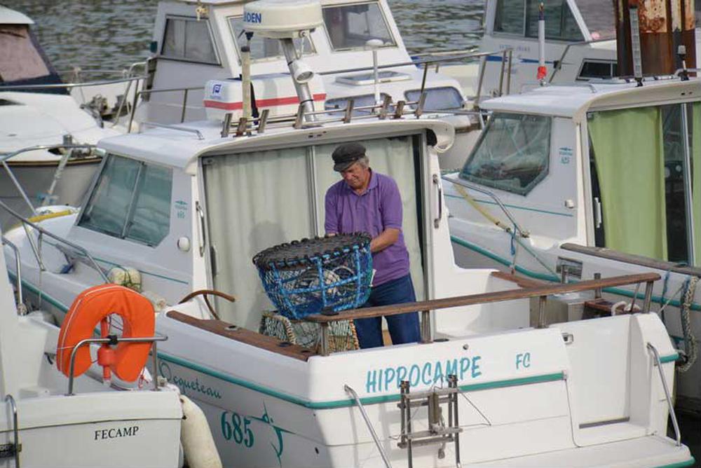 Pêcheur réparant son matériel