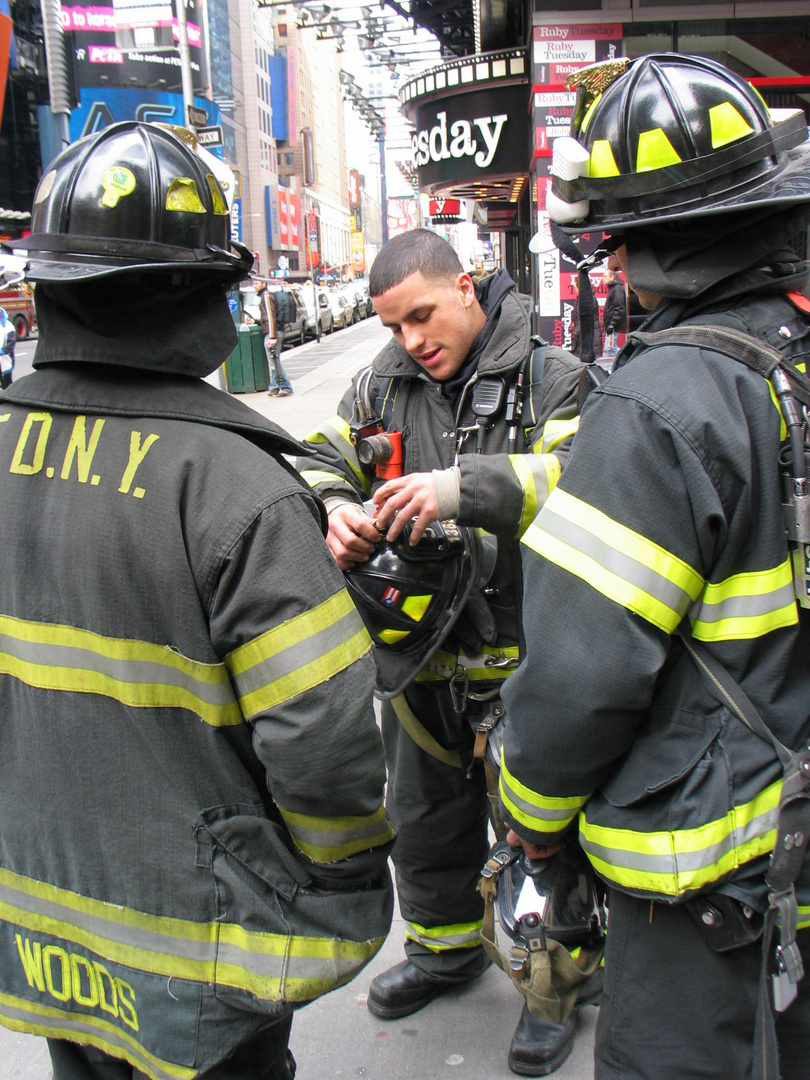 PEOPLE AT WORK(FDNY)