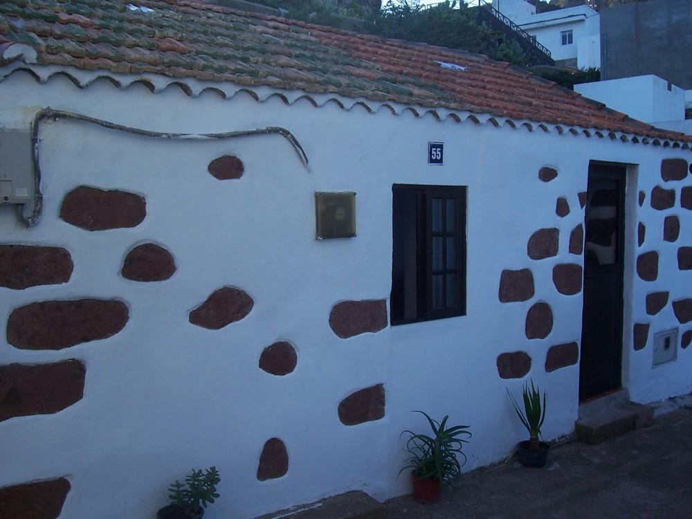 Pequeña casa antigua con reflejos de humildad..,y felicidad dentro de ella!