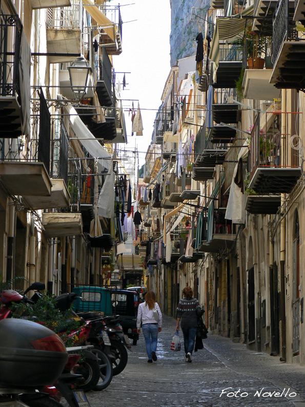 Per le vie di Cefalù. Il caos, sembra uno spezzone delle vie di Napoli.