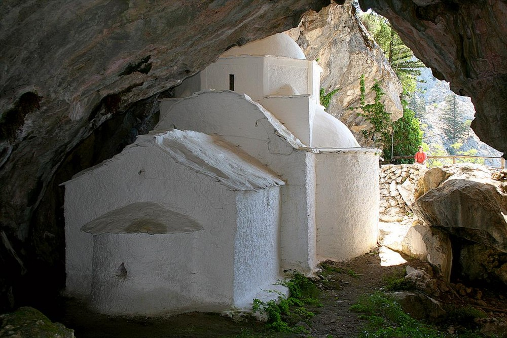 Perfekt in die Felswand am Nordhang des Kerkismassivs integriert: