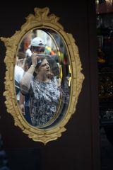person im spiegel