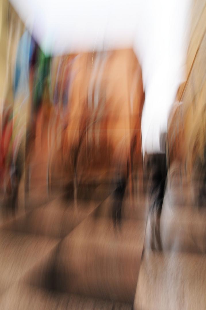 Persone,colori e forme geometriche in piazza...