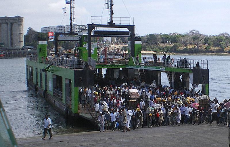Personen und Autofähre in Mombasa